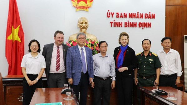 Binh Dinh will put into good use the UXO cleared land transferred by KVMAP