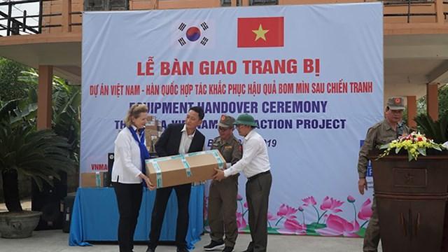 Bàn giao 200 máy dò bom mìn từ Dự án Việt Nam – Hàn Quốc hợp tác khắc phục hậu quả sau chiến tranh