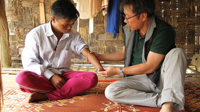 Quảng Bình: Đổi mới sáng tạo lắp tay robot cho  nạn nhân bom mìn
