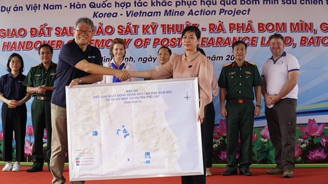 Hình ảnh lễ bàn giao đất sau khảo sát kỹ thuật và rà phá ngày 20/10/2020 tại tỉnh Bình Định trên truyền hình quốc phòng