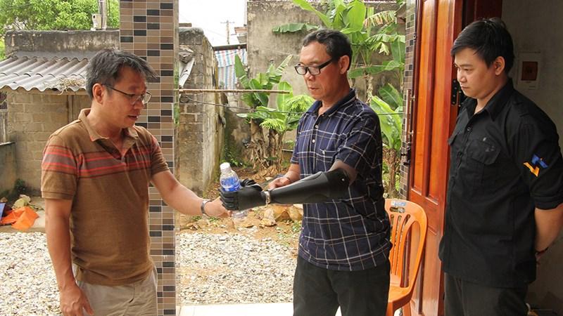 Quảng Bình: Hành trình đem cuộc sống mới cho những nạn nhân bom mìn được lắp cánh tay điện