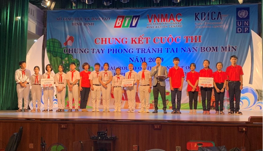 """Final of the """"Together to prevent bombs and mines in 2020"""" competition in Binh Dinh""""."""