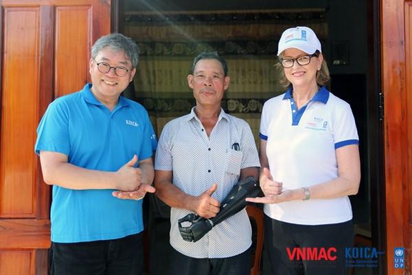 Giám đốc Quốc gia KOICA Việt Nam thăm nạn nhân bom mìn được lắp cánh tay điện
